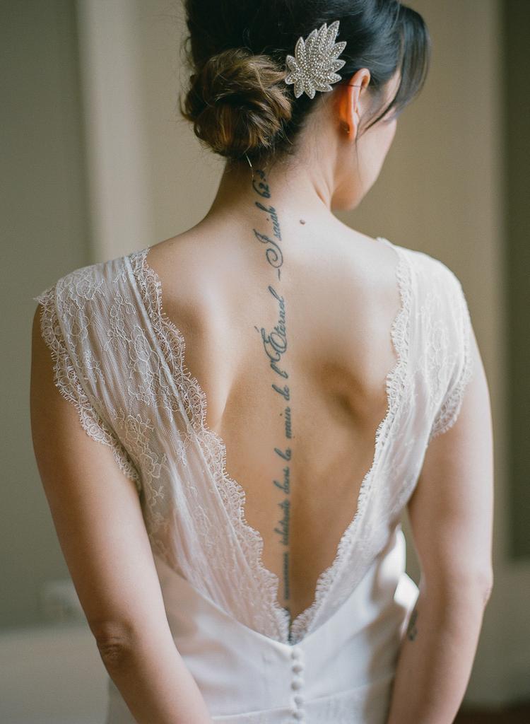 Bruid met tatoeage op haar rug