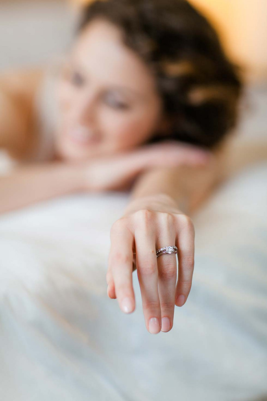 Bruid met setje van trouwring en verlovingsring