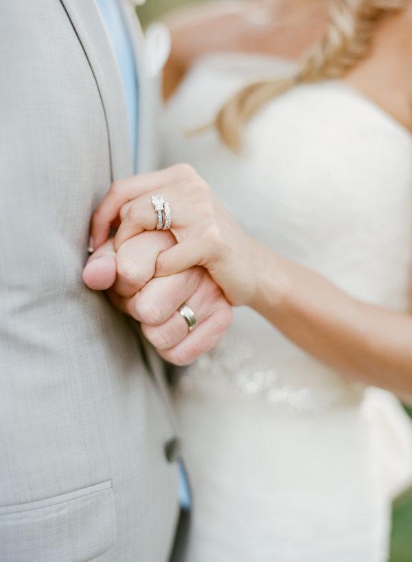 Bruidspaar houdt handen vast