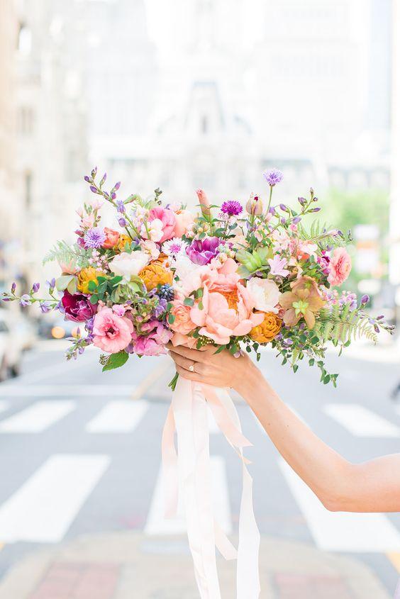 Bruidsboeket met frisse kleuren
