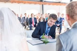 Getuige bruiloft zet handtekening