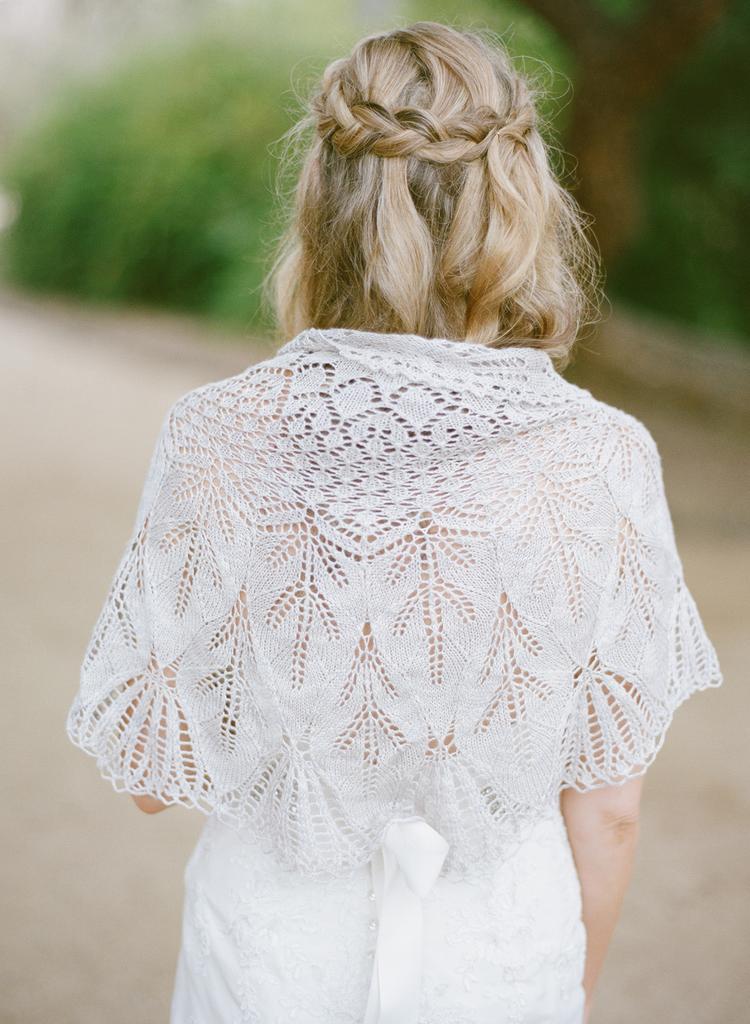 Gehaakte sjaal voor de bruid over haar trouwjurk