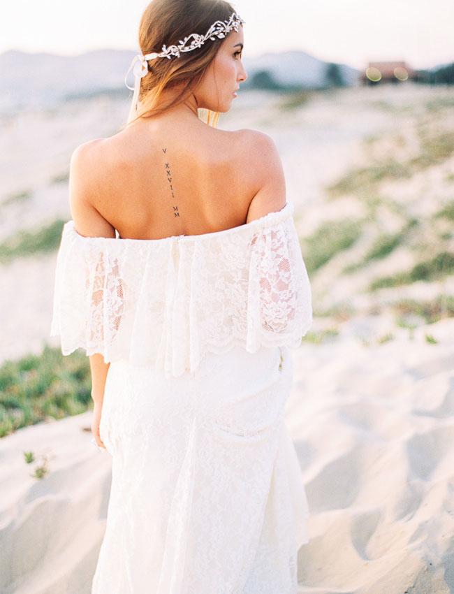 Bruid met off-shoulder bohemian trouwjurk