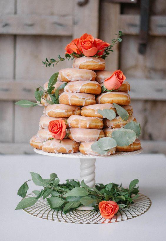 Stapel met donuts voor de bruidstaart
