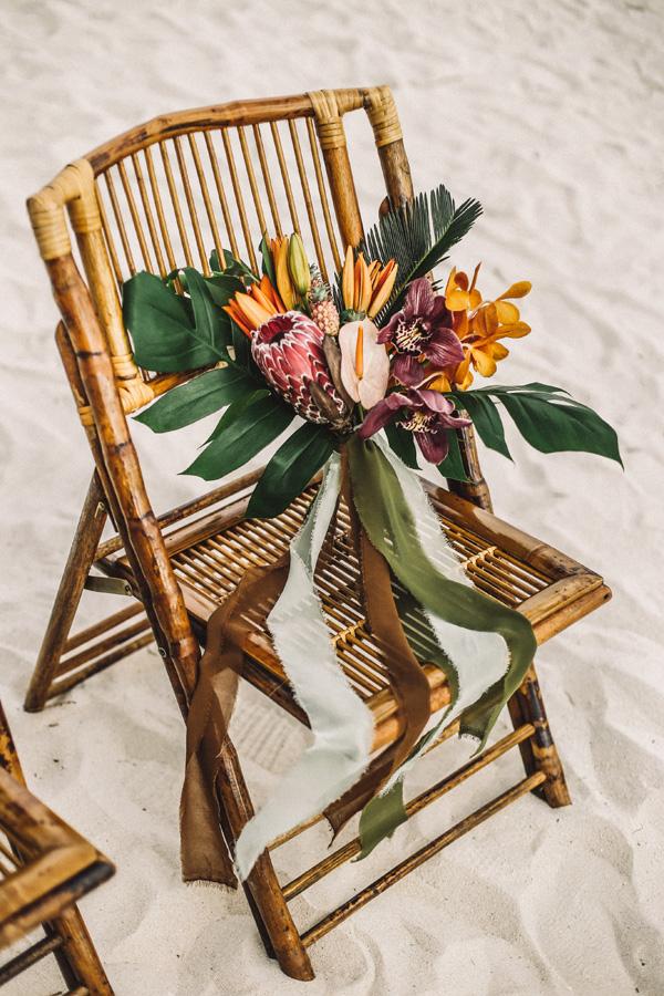 Stoel bruiloft ceremonie met bloemen