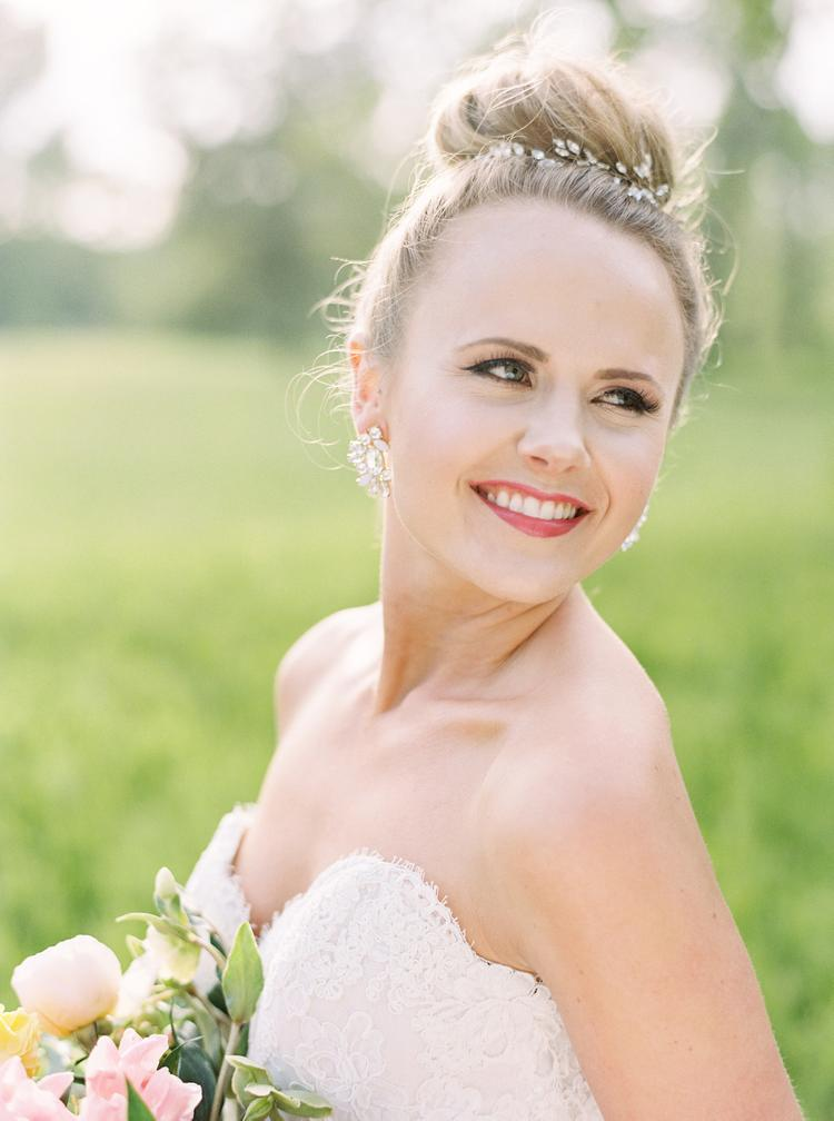 Bruid met hoge knot als bruidskapsel