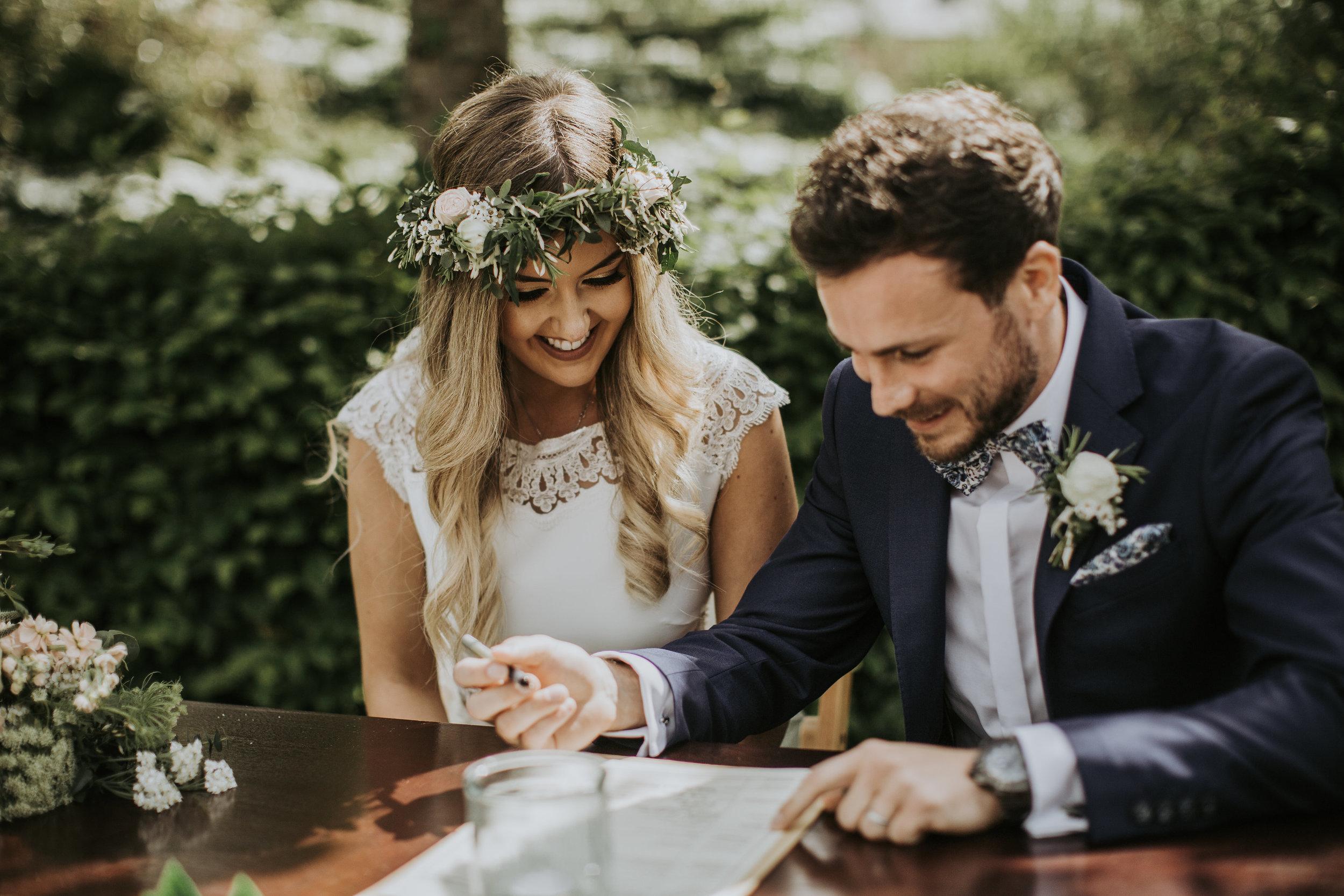 Bruidspaar tekent de trouwakte