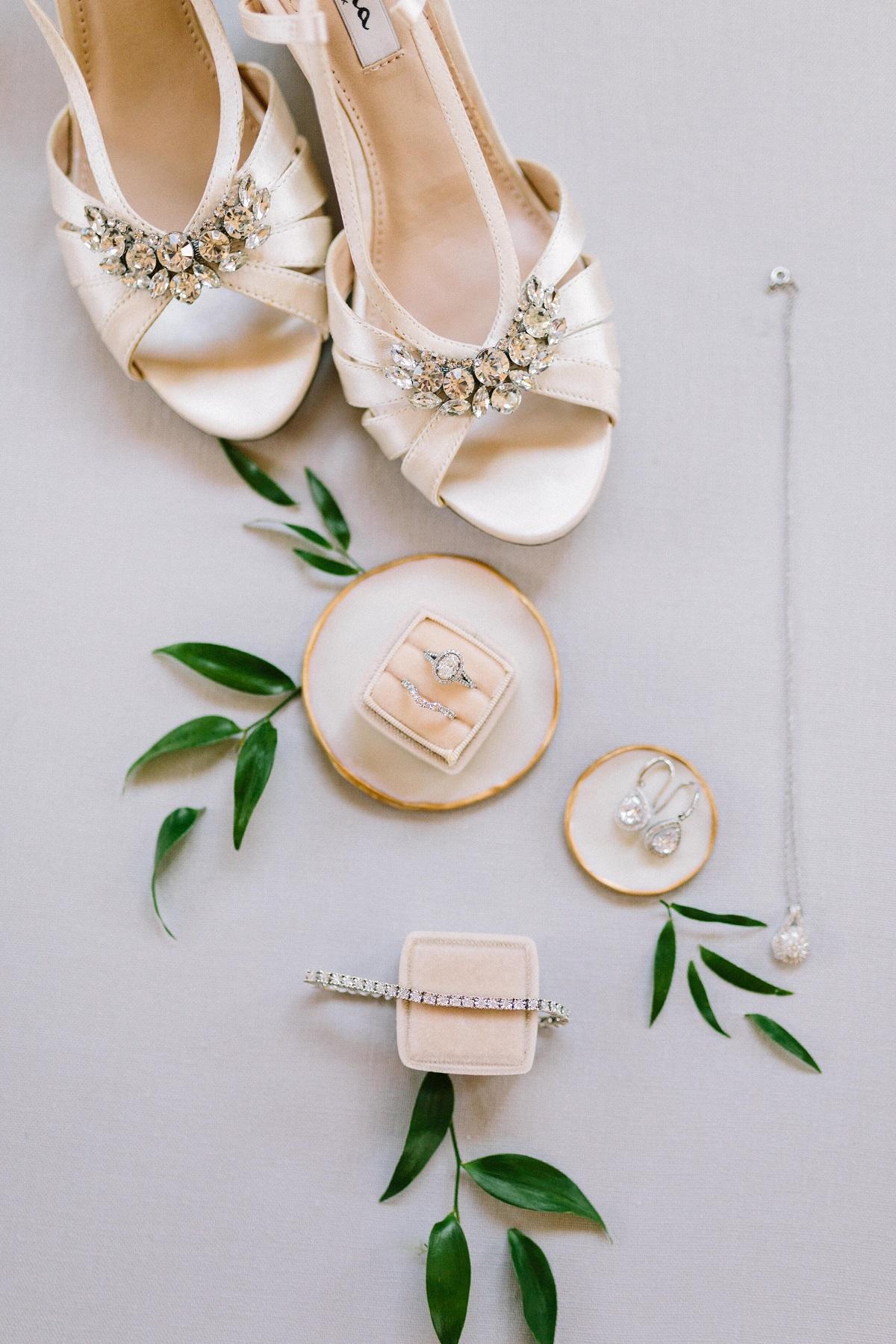 Foto van trouwringen met accessoires bruid