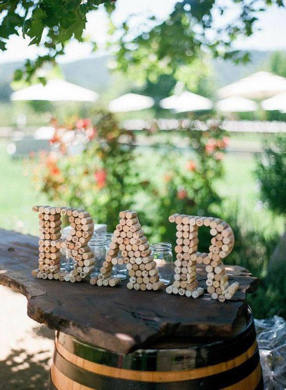 Wijnkurken in letters bar