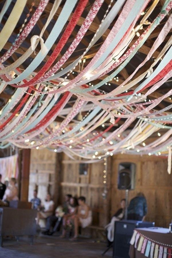 Gekleurde linten op bruiloft