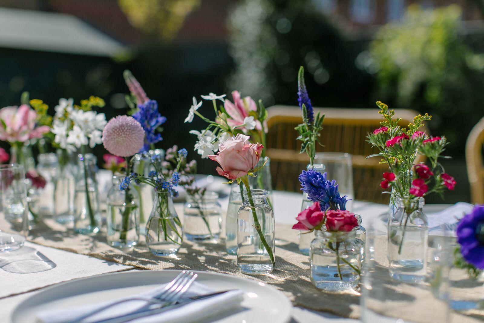Bloemen als decoratie op de tafels bij het diner