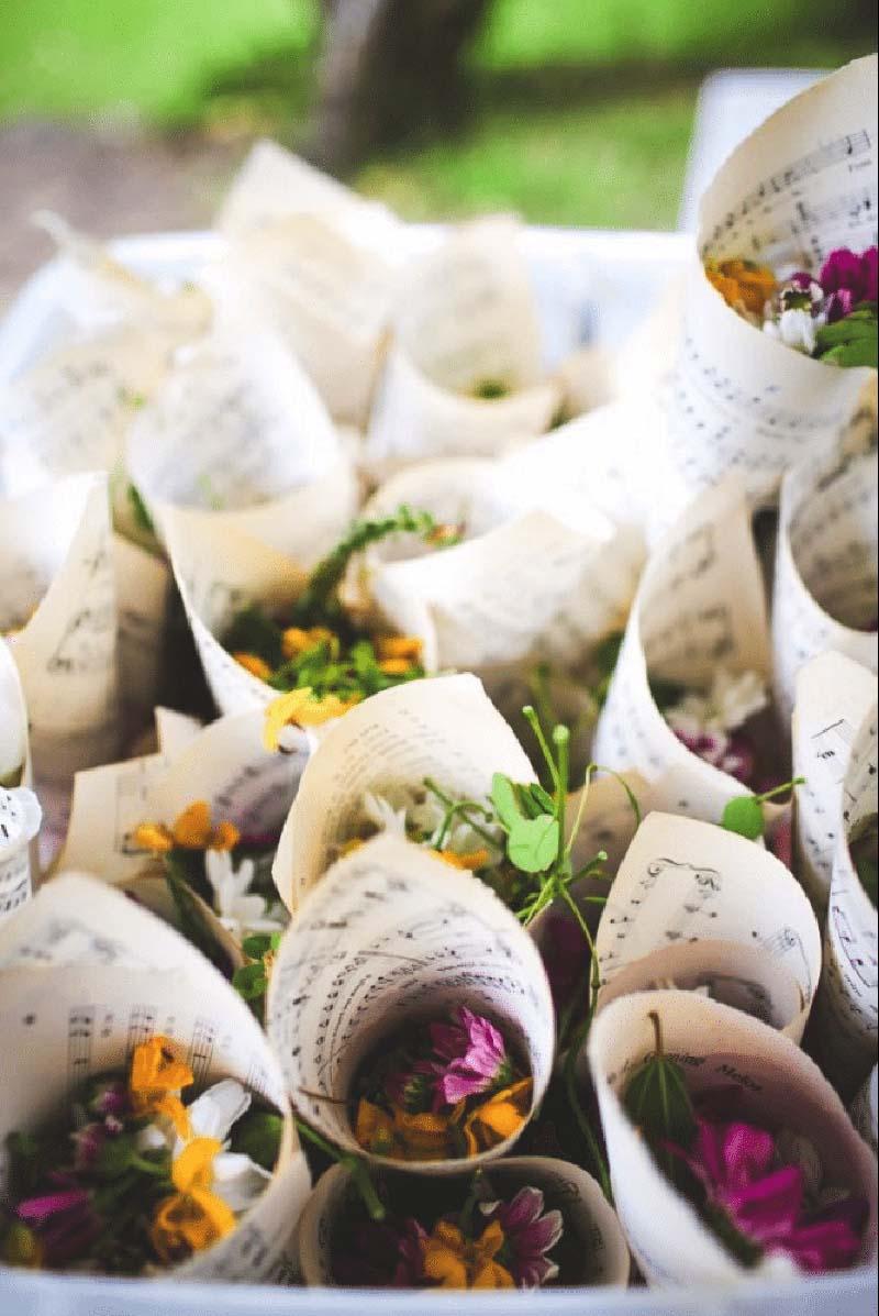 Bloemblaadjes in papieren puntzakken