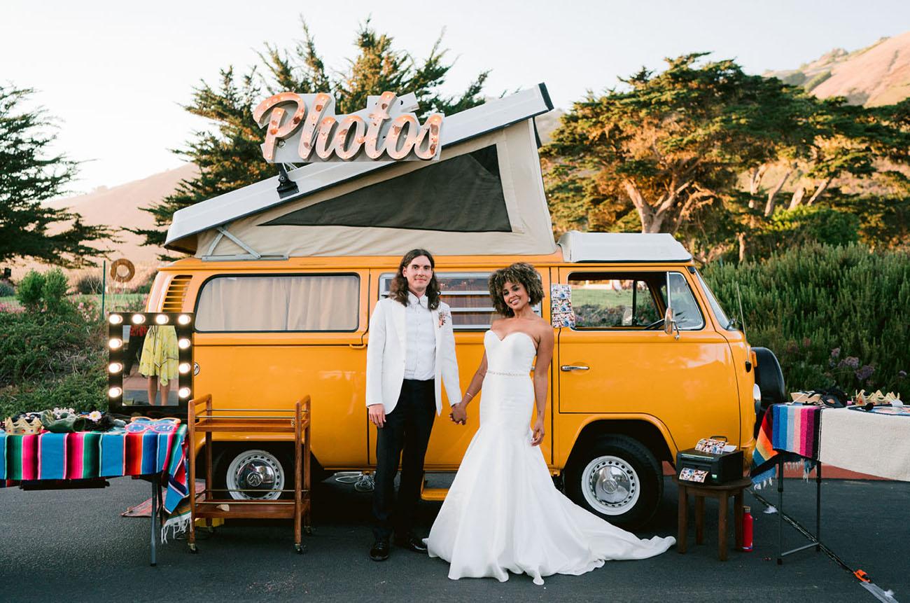 Gele volkswagenbus met bruidspaar