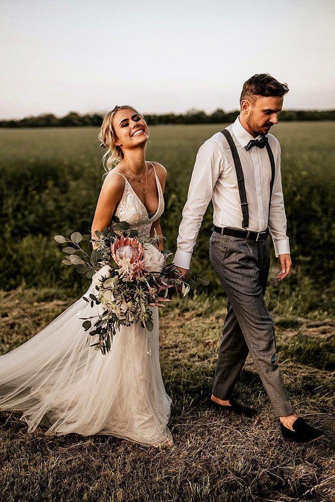 Bruid en bruidegom poseren voor de fotograaf