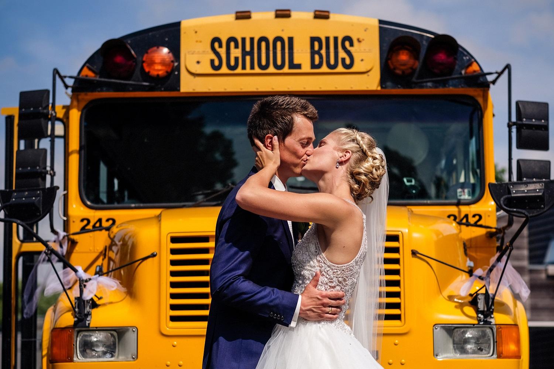 Bruidspaar voor een Amerikaanse schoolbus