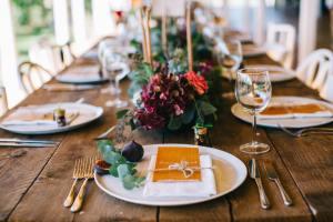 Tafel dekken voor bruiloft diner