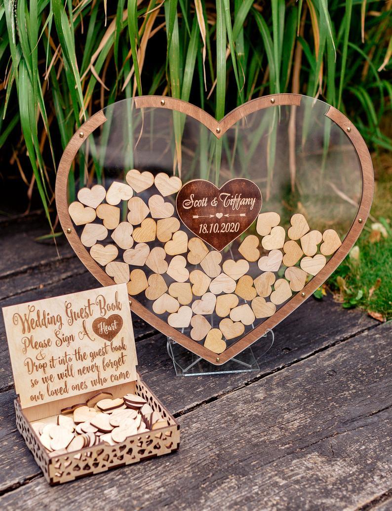 Frame met houten hartjes als gastenboek
