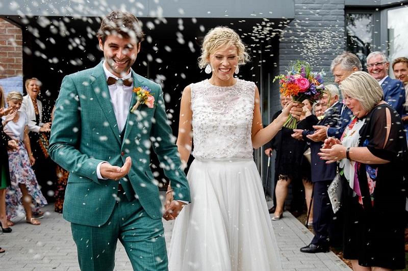 Bruidegom in groen trouwpak