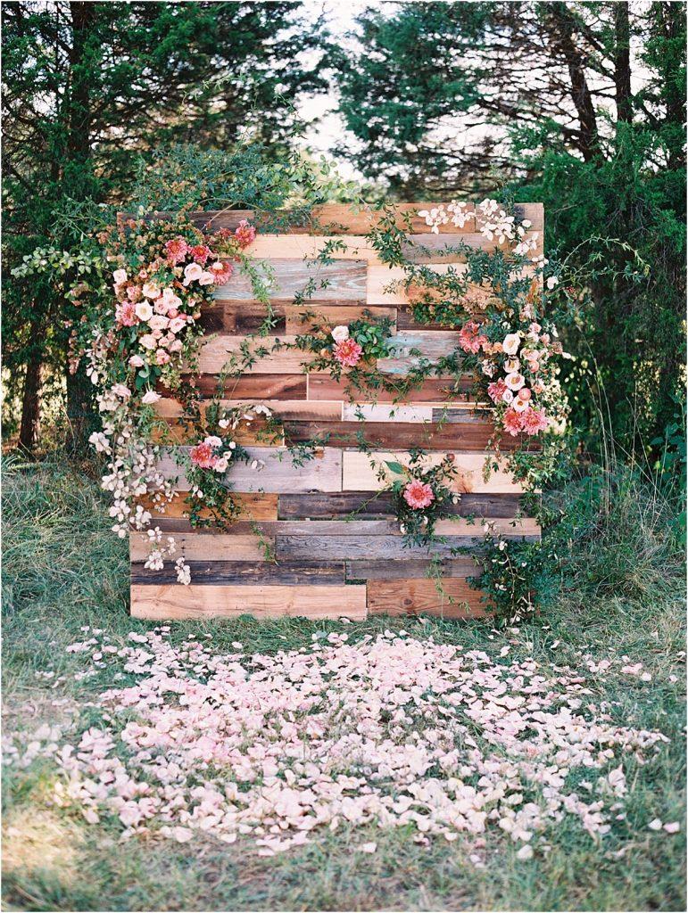 Bruiloft backdrop van hout met bloemen