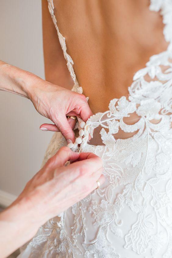 Bruidsjurk aantrekken met knoopjes