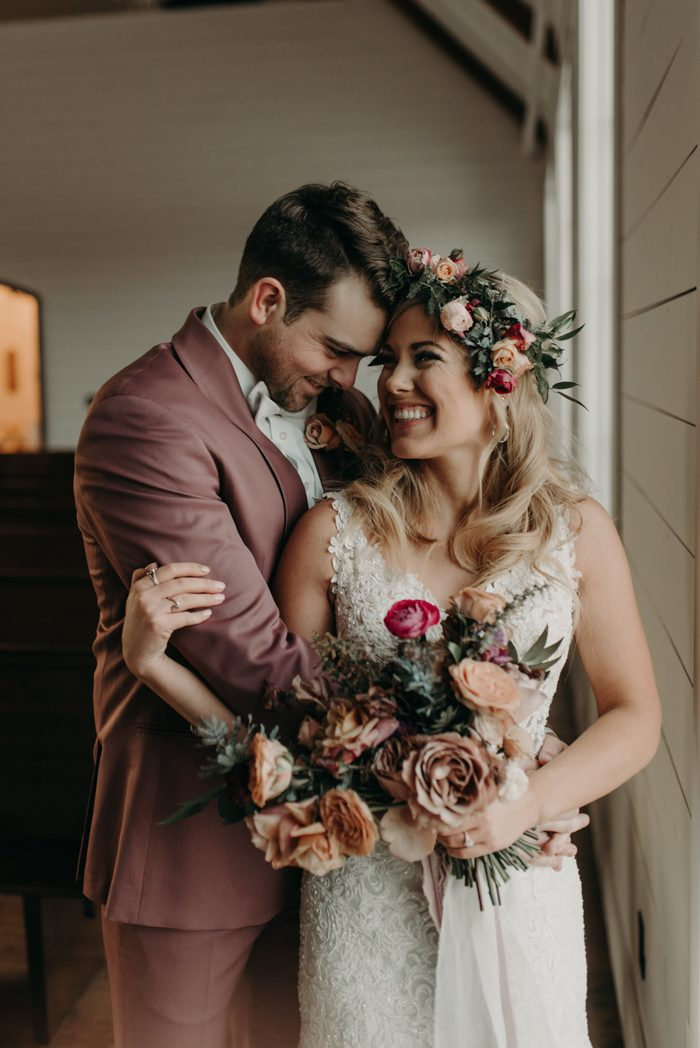 Lachend bruidspaar met bloemen