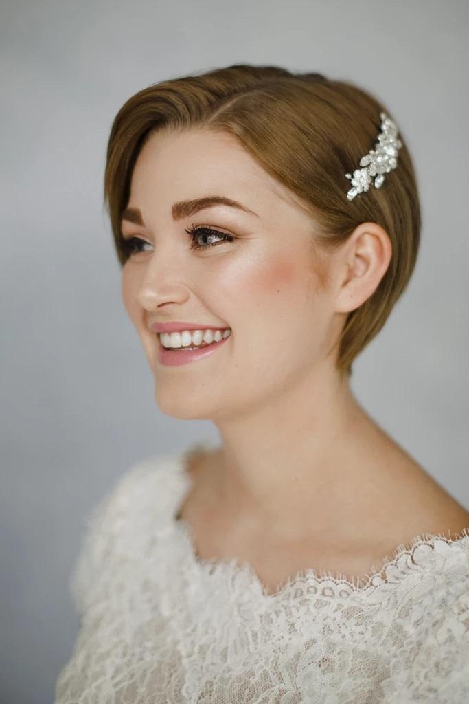 Kort bruidskapsel met haaraccessoire