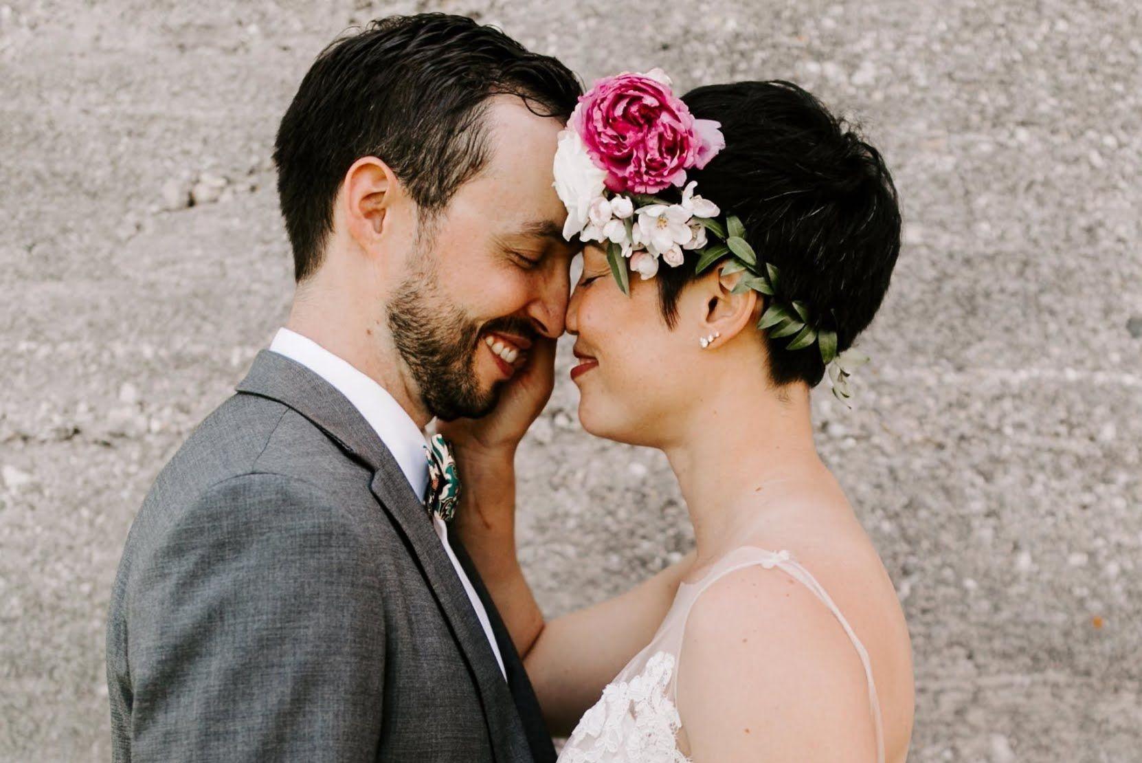 Bruidspaar met hoofden tegen elkaar
