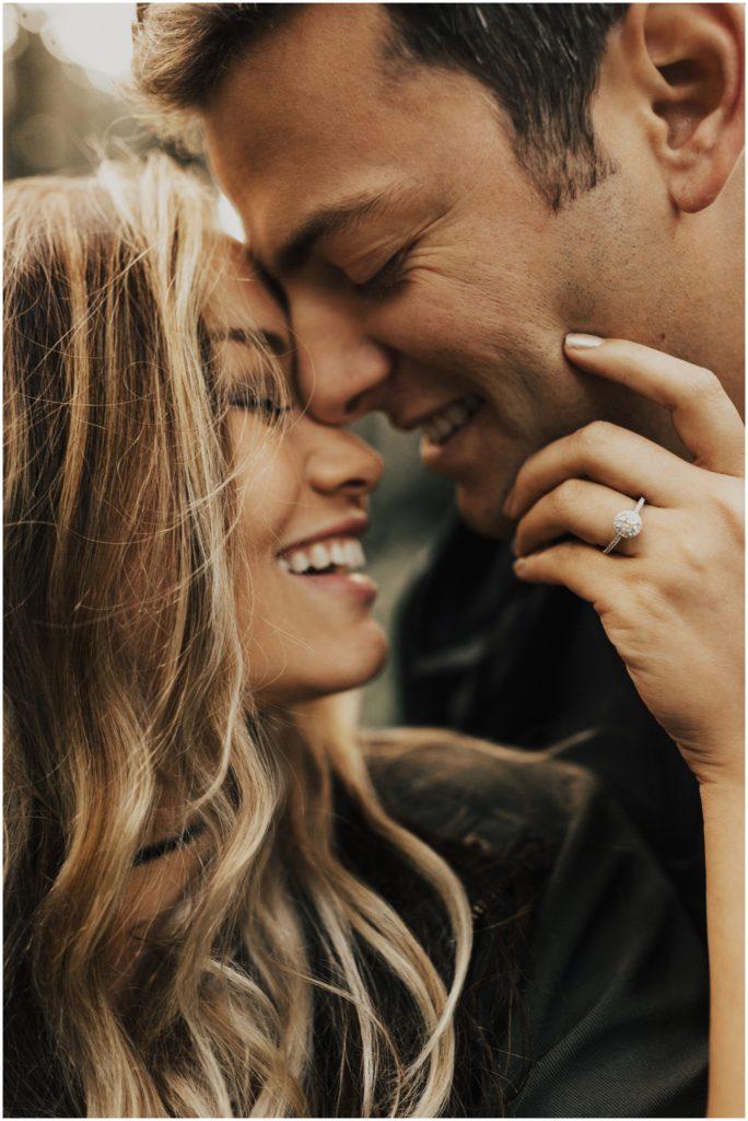 Stel tijdens verlovingsshoot