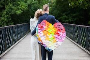 Bruidspaar met bruiloft piñata