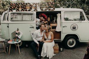 Bruidspaar voor busje