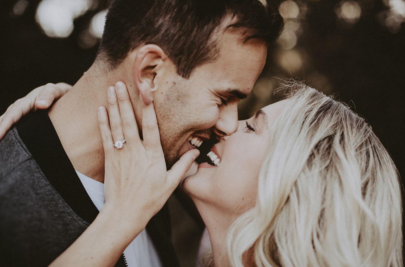 Vrouw met verlovingsring