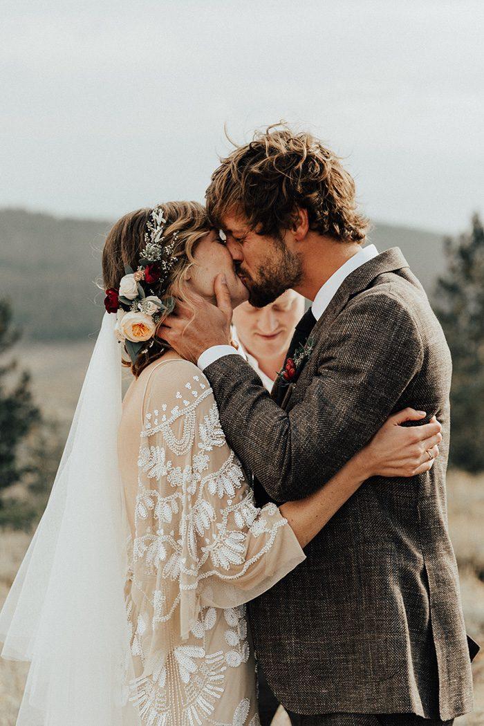 Bruidspaar kust tijdens ceremonie