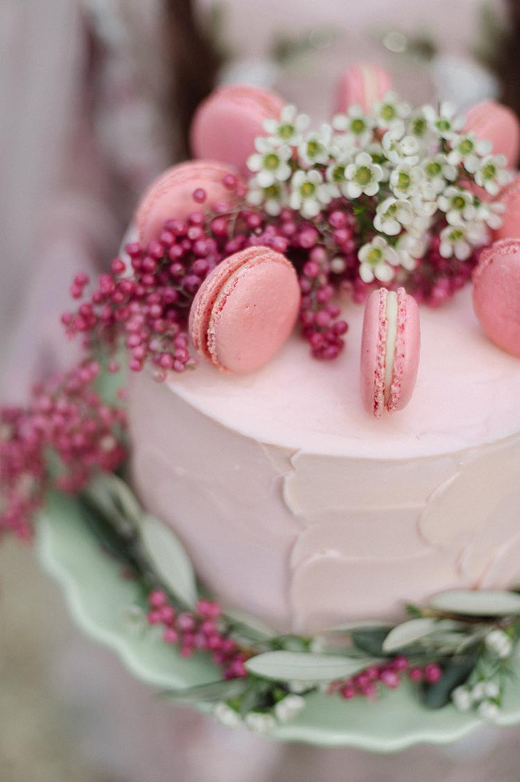 Roze bruidstaart met verse bloemen