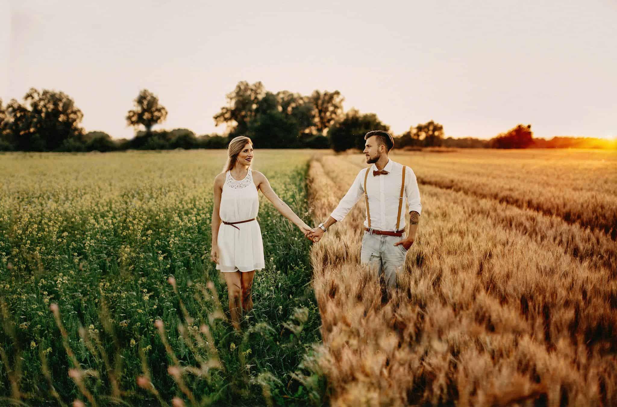Verlovingsfoto in een graanveld