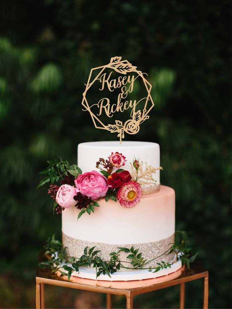 Taarttopper met namen van het bruidspaar