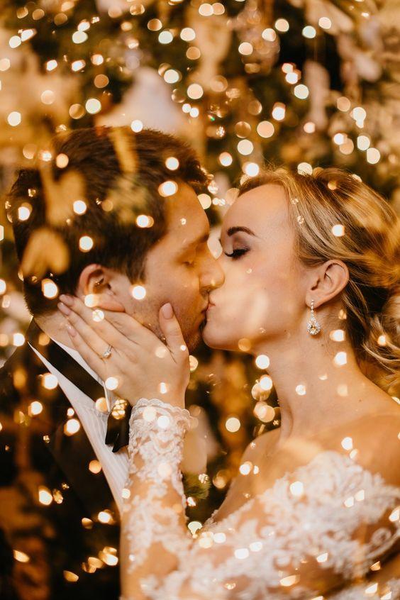 Bruidspaar met gouden confetti