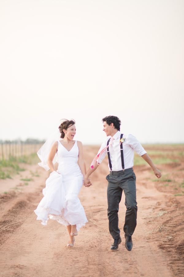 Bruidspaar rennend op trouwfilm