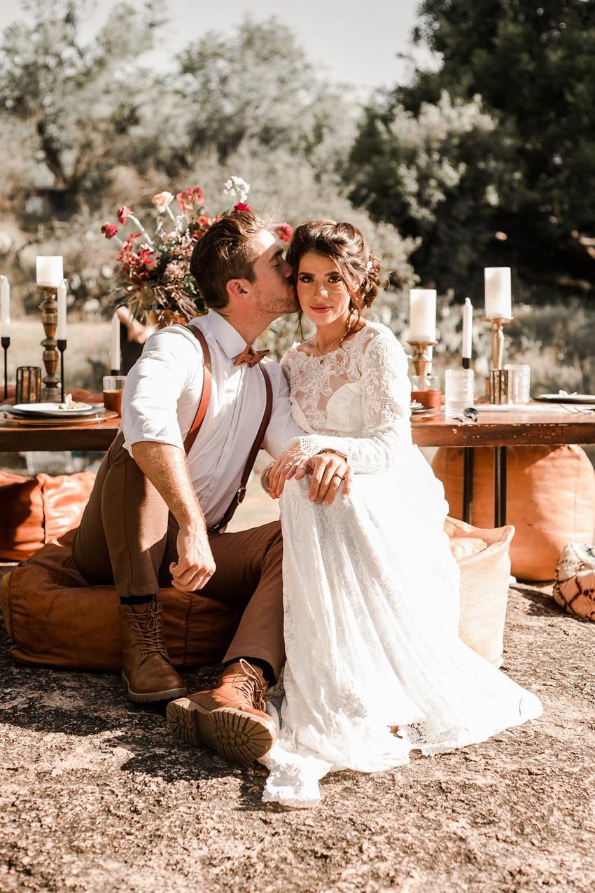Bruid en bruidegom met vintage trouwoutfit