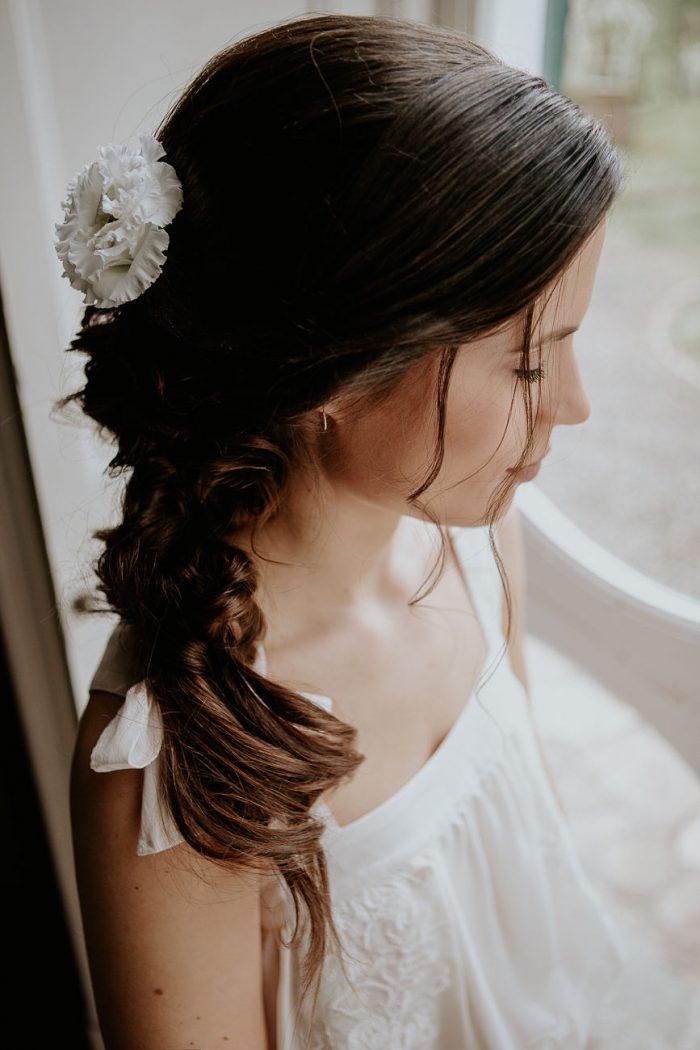 Bruidskapsel bruid met bloem