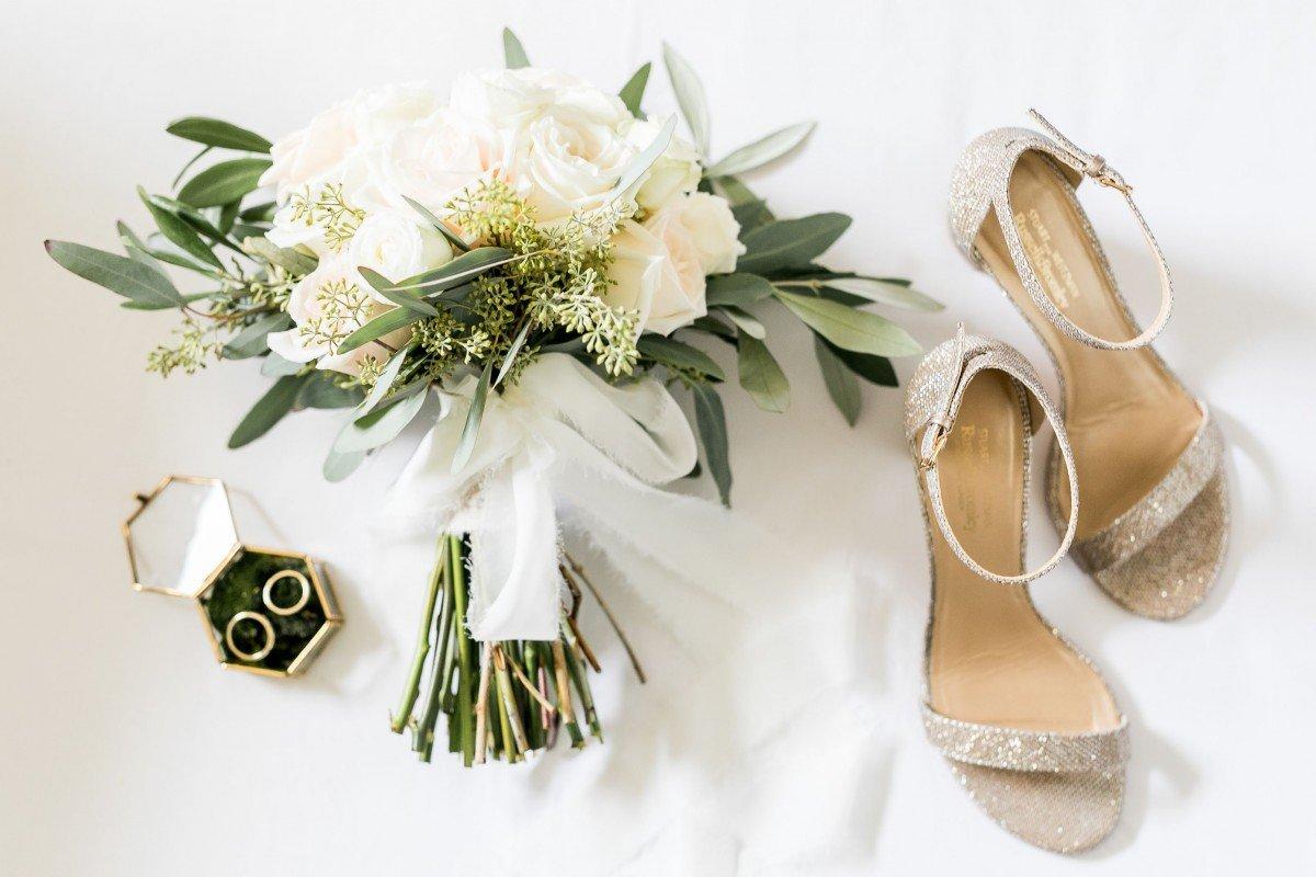 Bruidsschoenen en bruidsboeket