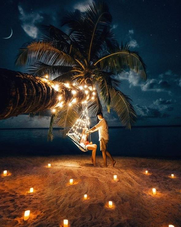 Huwelijksreis op het strand met lichtjes