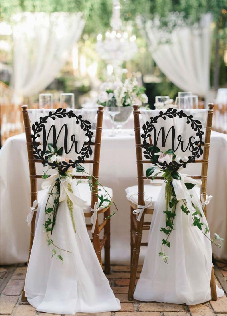 Stoeldecoratie bruid en bruidegom