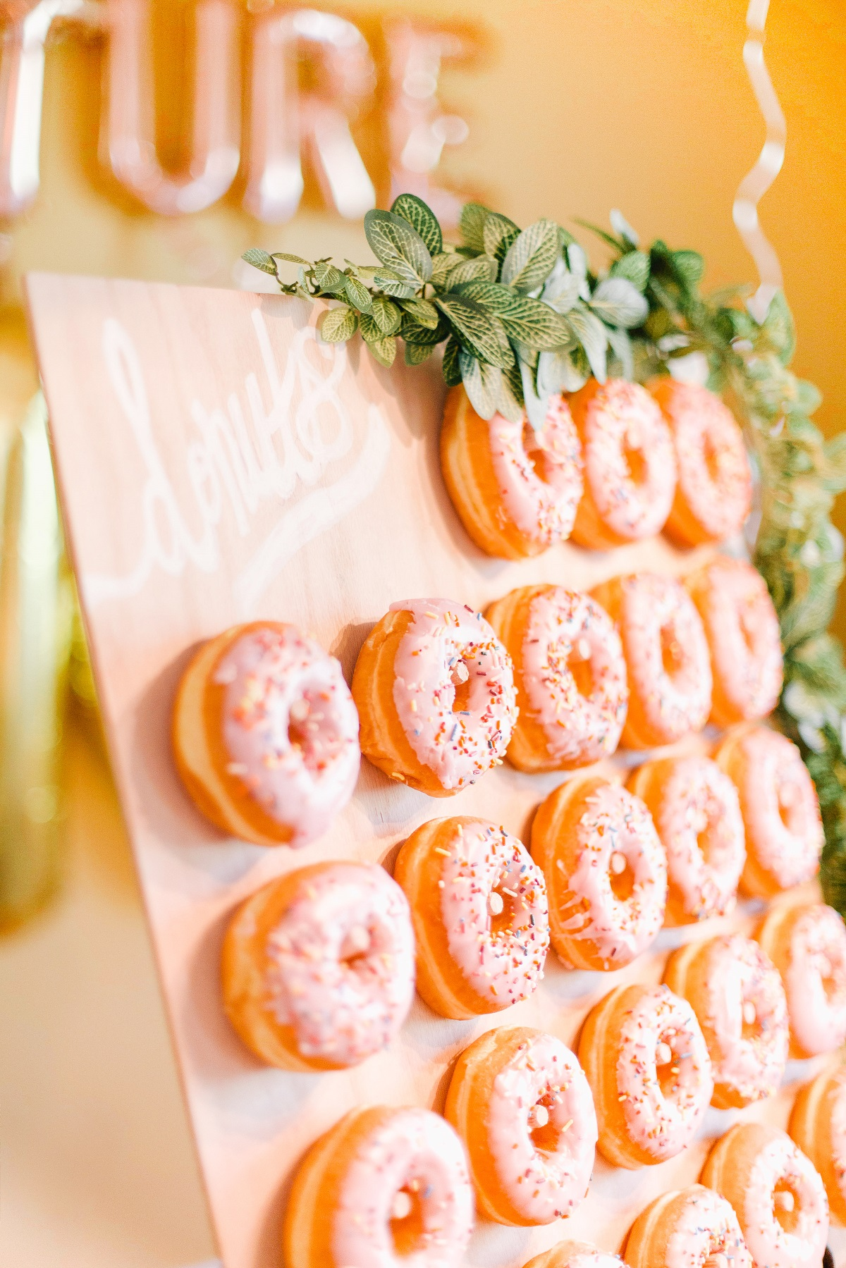 Roze donuts aan donut wand