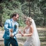 Bruidspaar met fles champagne