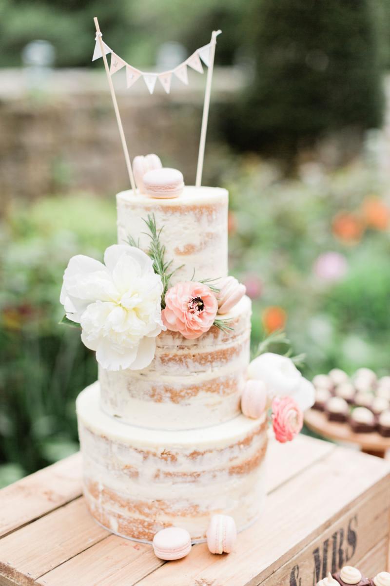Bruidstaart met vlaggetjes als taarttopper