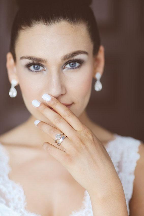 Bruid met witte bruidsnagels