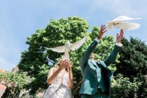 Bruidspaar laat witte duiven los