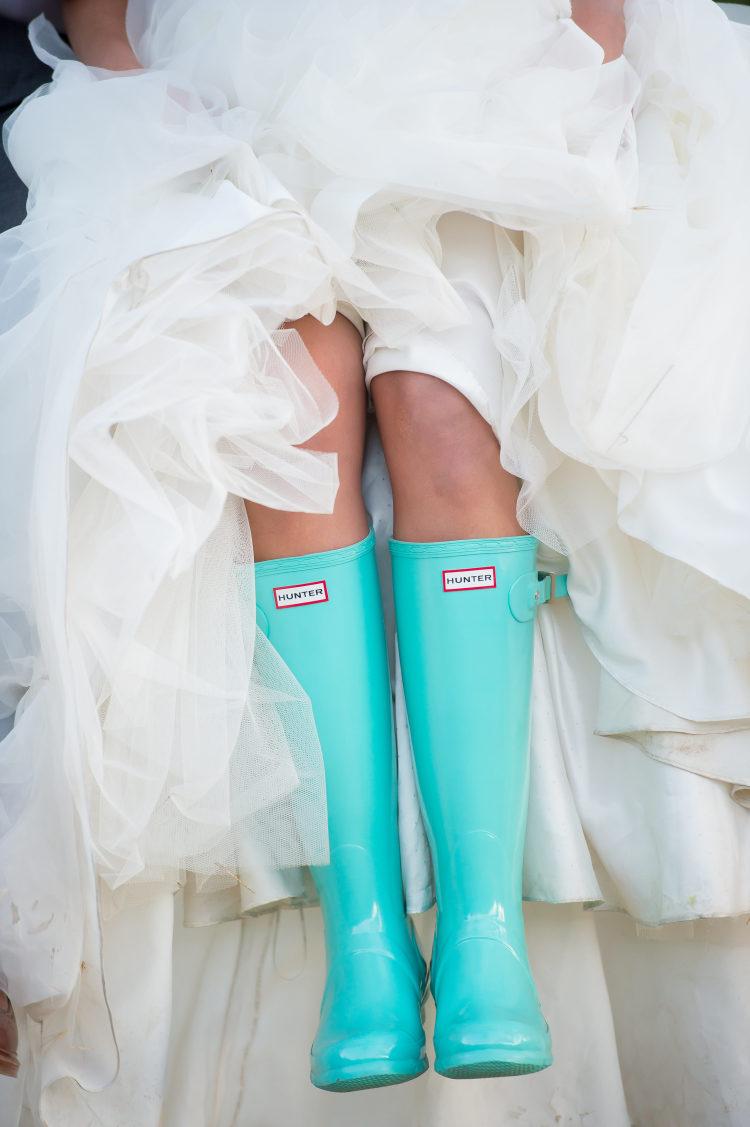 Bruid met blauwe regenlaarzen