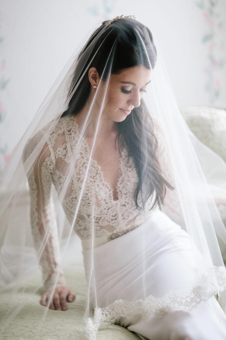 Bruid met sluier over gezicht