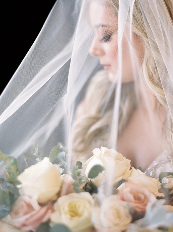 Bruid met bruidsboeket en sluier